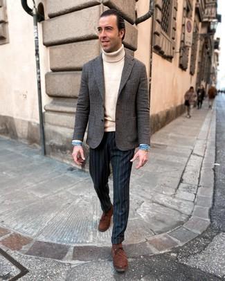 Comment s'habiller après 40 ans: Marie un blazer en laine en pied-de-poule gris foncé avec un pantalon de costume à rayures verticales bleu marine pour un look pointu et élégant.
