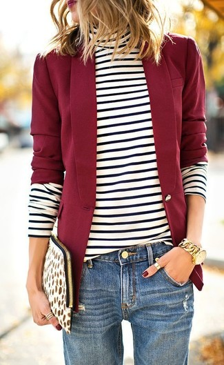 Associe un pull avec un jean boyfriend bleu pour une tenue idéale le week-end.