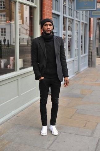 Comment porter: blazer noir, pull à col roulé noir, jean noir, baskets basses en toile blanches