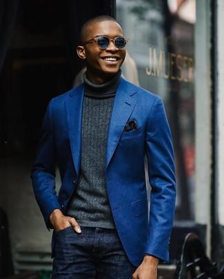 Comment porter: blazer en coton bleu, pull à col roulé gris foncé, jean bleu marine, pochette de costume à fleurs bleu marine