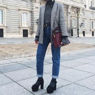 Comment porter: blazer écossais gris, pull à col roulé gris foncé, jean bleu, sandales à talons en daim épaisses noires