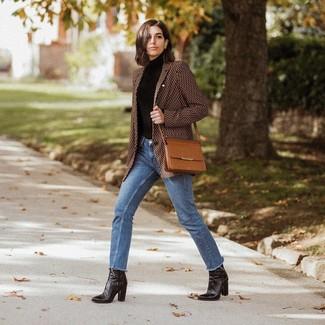 Comment porter: blazer imprimé marron, pull à col roulé noir, jean bleu, bottines en cuir noires