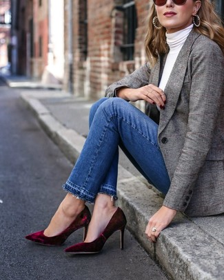 Comment porter: blazer écossais gris, pull à col roulé blanc, jean bleu, escarpins en velours bordeaux