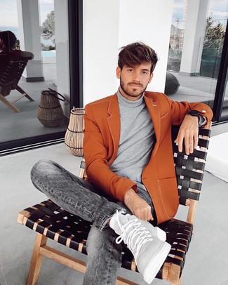 Comment porter: blazer tabac, pull à col roulé gris, jean gris, baskets montantes en cuir grises