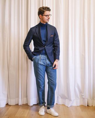 Comment porter: blazer bleu marine, pull à col roulé bleu marine, jean bleu, baskets basses blanches