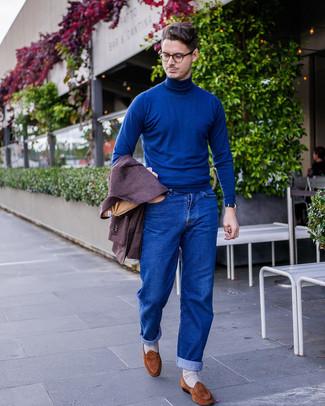 Comment porter: blazer en laine pourpre foncé, pull à col roulé bleu, jean bleu, slippers en daim marron
