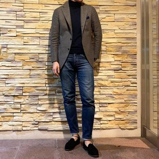 Comment porter: blazer en laine marron, pull à col roulé noir, jean bleu marine, slippers en daim noirs