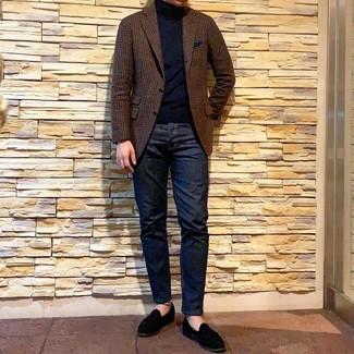 Comment porter: blazer en laine en vichy marron, pull à col roulé noir, jean bleu marine, slippers en daim noirs