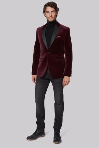 Comment porter: blazer en velours bordeaux, pull à col roulé noir, jean gris foncé, chaussures brogues en cuir noires