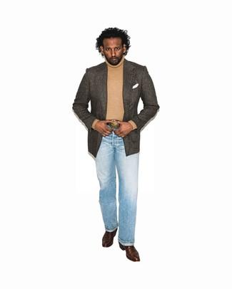 Comment porter: blazer à chevrons marron foncé, pull à col roulé marron clair, jean bleu clair, bottes western en cuir marron foncé