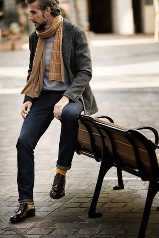 Comment porter une écharpe écossaise marron clair: Essaie d'harmoniser un blazer gris foncé avec une écharpe écossaise marron clair pour une tenue relax mais stylée. Assortis cette tenue avec une paire de des chaussures derby en cuir pourpre foncé pour afficher ton expertise vestimentaire.