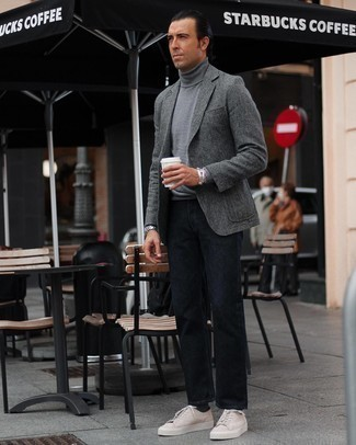 Comment porter des baskets basses en daim beiges: Harmonise un blazer en laine à chevrons gris avec un jean bleu marine pour un déjeuner le dimanche entre amis. Si tu veux éviter un look trop formel, assortis cette tenue avec une paire de baskets basses en daim beiges.