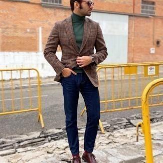 Comment porter des bottines chukka en cuir bordeaux: Harmonise un blazer écossais marron avec un jean bleu marine pour un look de tous les jours facile à porter. Assortis ce look avec une paire de bottines chukka en cuir bordeaux.