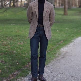 Comment porter un jean bleu marine: Pense à opter pour un blazer en pied-de-poule marron et un jean bleu marine pour un déjeuner le dimanche entre amis. Opte pour une paire de chaussures derby en cuir marron foncé pour afficher ton expertise vestimentaire.
