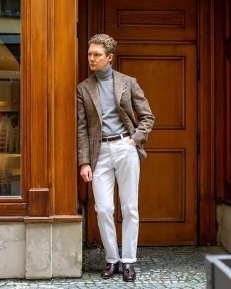 Comment s'habiller au printemps: Harmonise un blazer en laine à carreaux marron clair avec un jean blanc pour un déjeuner le dimanche entre amis. Rehausse cet ensemble avec une paire de mocassins à pampilles en cuir marron foncé. On trouve que pour pour les journées printanières cette tenue est parfaite et juste top.