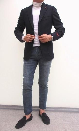 Comment s'habiller après 40 ans: Opte pour un blazer en laine noir avec un jean gris foncé pour un look idéal au travail. Choisis une paire de mocassins à pampilles en daim noirs pour afficher ton expertise vestimentaire.