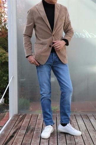 Comment s'habiller après 40 ans au printemps: Marie un blazer marron clair avec un jean bleu si tu recherches un look stylé et soigné. Tu veux y aller doucement avec les chaussures? Fais d'une paire de baskets basses en toile blanches ton choix de souliers pour la journée. On adore cette tenue top, bien printanière.