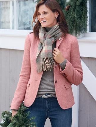 Comment porter une broche dorée: Associe un blazer en laine rose avec une broche dorée pour une tenue idéale le week-end.