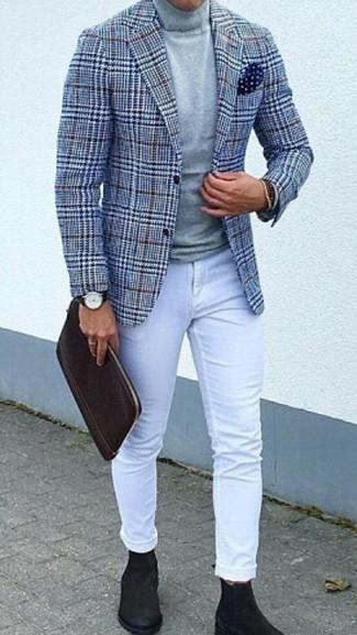 Comment porter: blazer en laine en pied-de-poule bleu, pull à col roulé gris, jean skinny blanc, bottines chelsea en daim noires