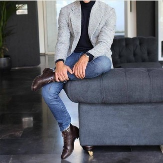 Comment porter: blazer en tweed gris, pull à col roulé noir, jean skinny bleu, bottes habillées en cuir marron foncé