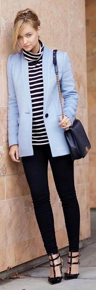 Tendances mode femmes: Harmonise un blazer bleu clair avec un jean skinny noir pour une tenue confortable aussi composée avec goût. Assortis ce look avec une paire de des escarpins en cuir noirs.