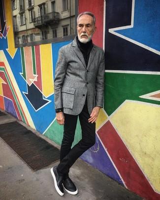 Comment porter: blazer en laine gris, pull à col roulé noir, jean skinny noir, baskets à enfiler en cuir noires