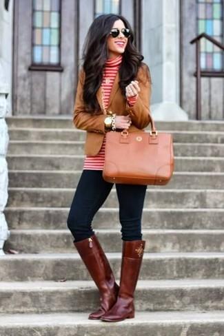 Comment porter: blazer marron, pull à col roulé à rayures horizontales rouge et blanc, jean skinny bleu marine, bottes hauteur genou en cuir bordeaux