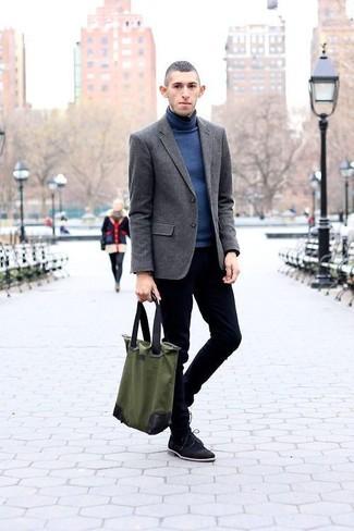 Comment porter: blazer gris foncé, pull à col roulé bleu, jean skinny bleu marine, chaussures derby en daim noires