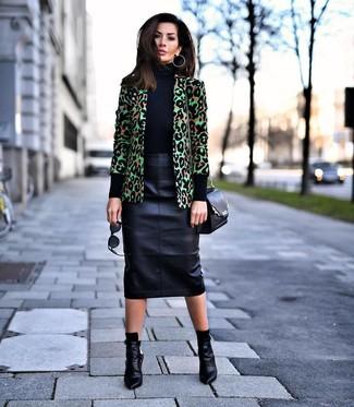 Comment porter: blazer imprimé léopard vert, pull à col roulé noir, jupe crayon en cuir noire, bottines en cuir noires
