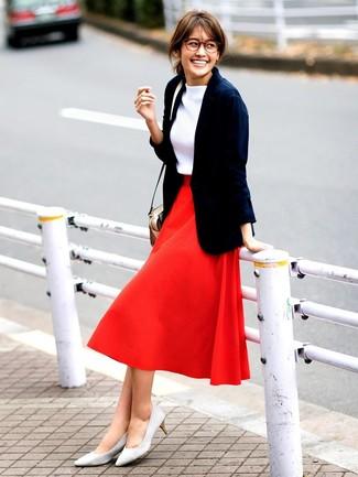 Comment porter: blazer bleu marine, pull à col roulé blanc, jupe évasée rouge, escarpins en daim gris