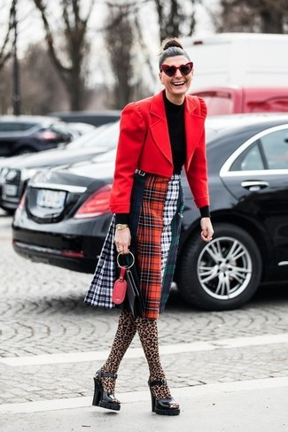 Ce combo d'un blazer en laine rouge et d'une pochette en cuir noire Tory Burch te permettra de garder un style propre et simple en dehors des horaires de bureau. Une paire de des sandales à talons en cuir épaisses noires ajoutera de l'élégance à un look simple.