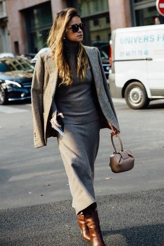 Comment porter un pull à col roulé gris: Choisis un pull à col roulé gris et une jupe mi-longue en laine grise pour prendre un verre après le travail. Cette tenue se complète parfaitement avec une paire de des bottes mi-mollet en cuir marron.