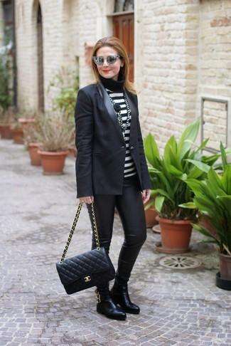 Comment porter: blazer noir, pull à col roulé à rayures horizontales noir et blanc, leggings en cuir noirs, bottines chelsea en cuir noires