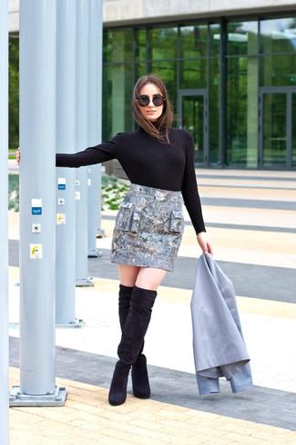 Comment porter: blazer gris, pull à col roulé noir, minijupe argentée, cuissardes en daim noires