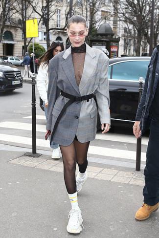 Comment porter: blazer écossais gris, pull à col roulé en tulle noir, minijupe noire, chaussures de sport blanches