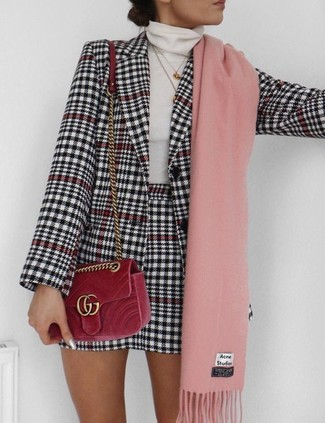 Comment porter: blazer en pied-de-poule blanc et noir, pull à col roulé blanc, minijupe en pied-de-poule blanche et noire, sac bandoulière en velours rouge