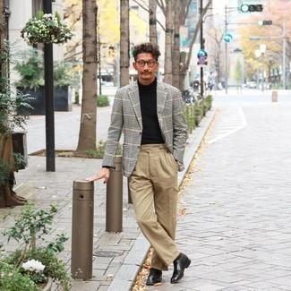 Comment porter des chaussures derby en cuir noires: Associe un blazer en vichy noir et blanc avec un pantalon cargo marron clair pour un déjeuner le dimanche entre amis. Rehausse cet ensemble avec une paire de chaussures derby en cuir noires.