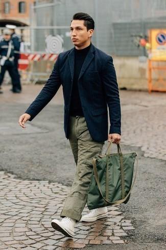 Comment porter un pantalon cargo: Marie un blazer à rayures verticales bleu marine avec un pantalon cargo pour un déjeuner le dimanche entre amis. Tu veux y aller doucement avec les chaussures? Choisis une paire de baskets montantes en toile blanches pour la journée.