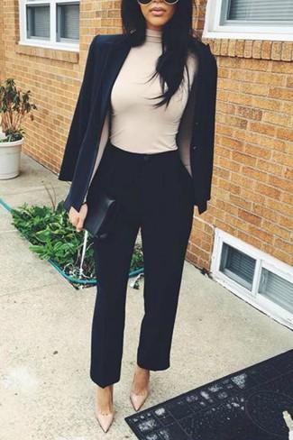 Comment porter: blazer noir, pull à col roulé beige, pantalon carotte noir, escarpins en cuir beiges