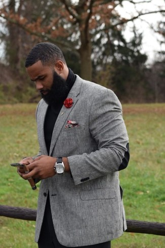 Comment porter: blazer gris, pull à col roulé noir, pantalon chino noir, pochette de costume à fleurs rouge