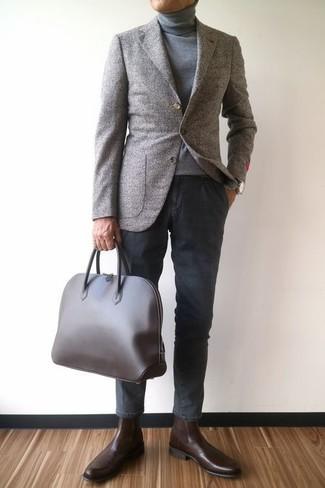 Comment porter: blazer en laine gris, pull à col roulé gris, pantalon chino gris foncé, bottines chelsea en cuir marron foncé
