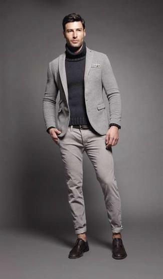 Comment porter: blazer en laine gris, pull à col roulé en tricot gris foncé, pantalon chino gris, chaussures derby en cuir marron foncé