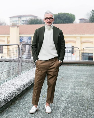 Comment porter: blazer en laine vert foncé, pull à col roulé blanc, pantalon chino marron, mocassins à pampilles en cuir blancs