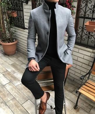 Comment porter: blazer en laine gris, pull à col roulé noir, pantalon chino noir, mocassins à pampilles en cuir marron