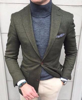 Comment porter: blazer en laine olive, pull à col roulé gris, pantalon chino beige, pochette de costume grise