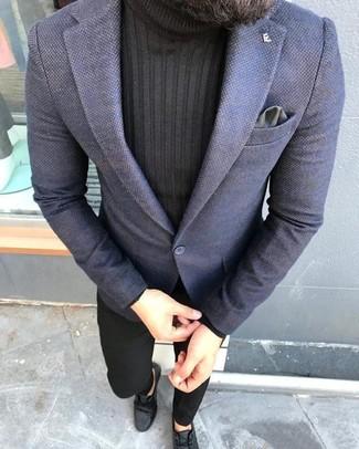 Comment porter: blazer bleu marine, pull à col roulé noir, pantalon chino noir, bottines chukka en cuir noires
