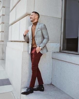 Comment porter: blazer écossais gris, pull à col roulé marron, pantalon chino bordeaux, chaussures derby en cuir marron foncé