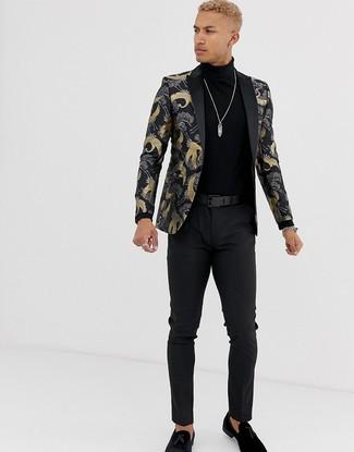 Comment porter: blazer en brocart noir, pull à col roulé noir, pantalon chino noir, mocassins à pampilles en daim noirs