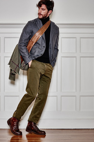 Comment porter un pull à col roulé noir: Essaie d'harmoniser un pull à col roulé noir avec un pantalon chino olive pour une tenue confortable aussi composée avec goût. Complète cet ensemble avec une paire de des bottes de loisirs en cuir bordeaux pour afficher ton expertise vestimentaire.