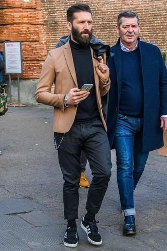 Comment porter un blazer marron clair: Pense à marier un blazer marron clair avec un pantalon chino noir pour un look idéal au travail. Si tu veux éviter un look trop formel, assortis cette tenue avec une paire de des baskets basses en daim noires et blanches.
